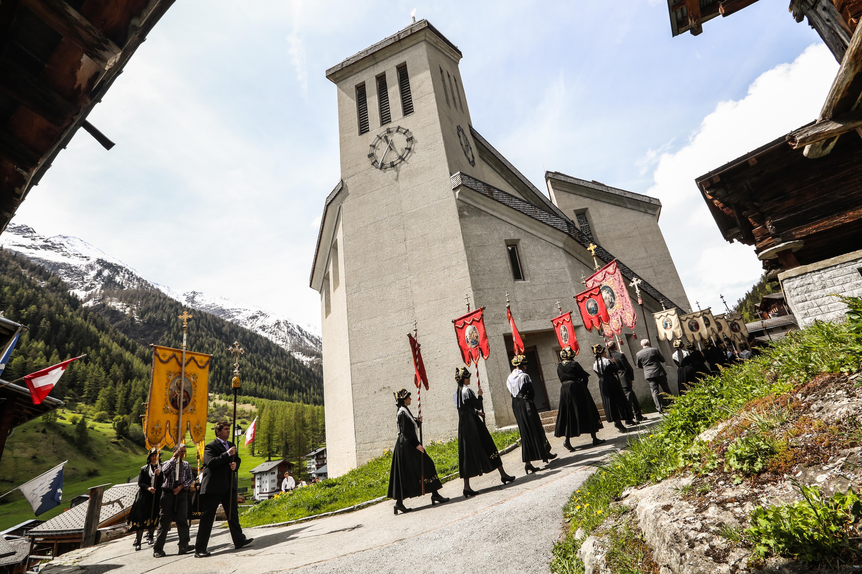 Kirchweihe Blatten mit Aufzug der Herrgottsgrenadiere